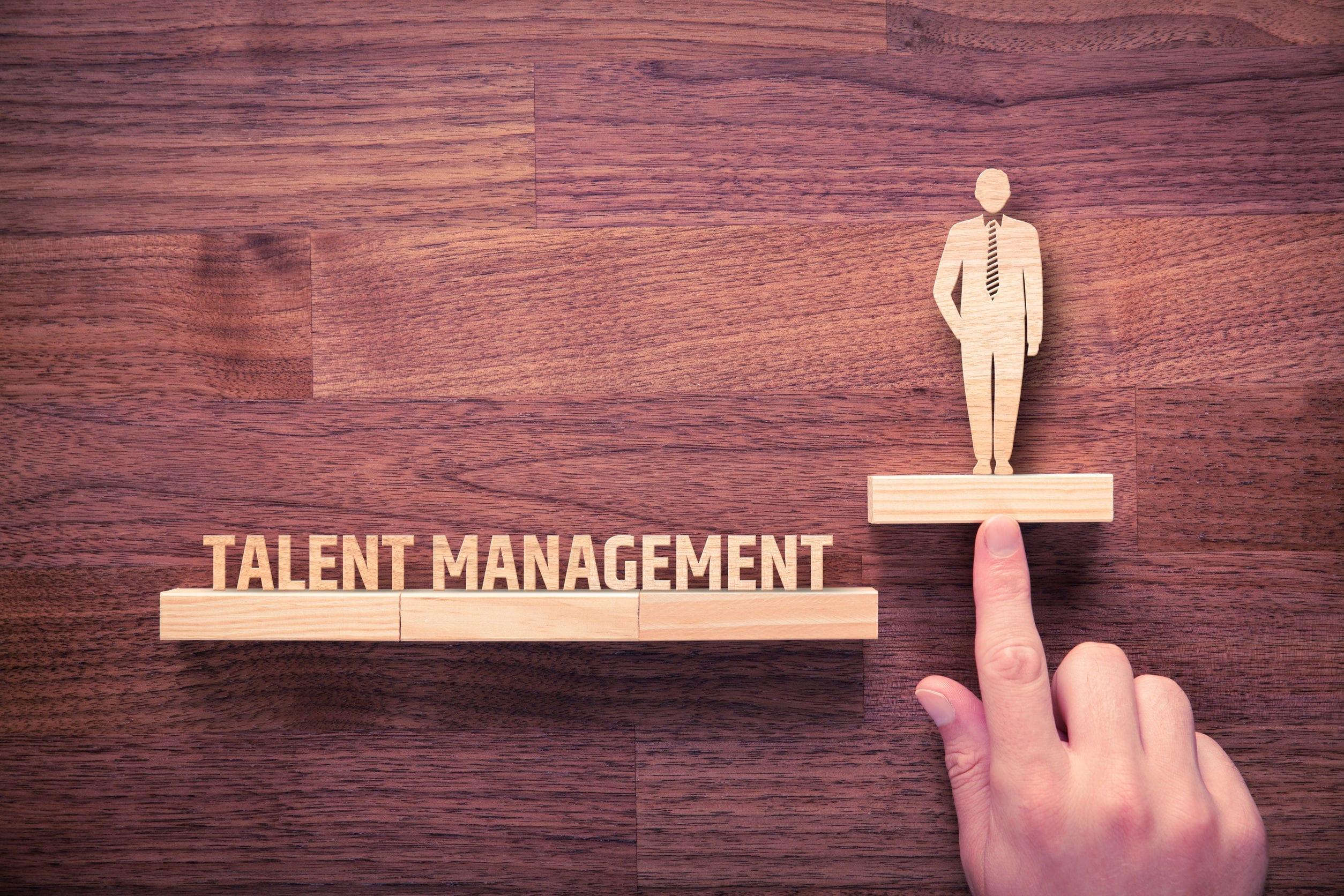 concept de gestion des talents. recruteur en ressources humaines accompagne l'employé dans son développement personnel.